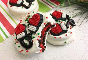 Santa Mittens Made With Oreos – Easy, No Bake Christmas Cookies
