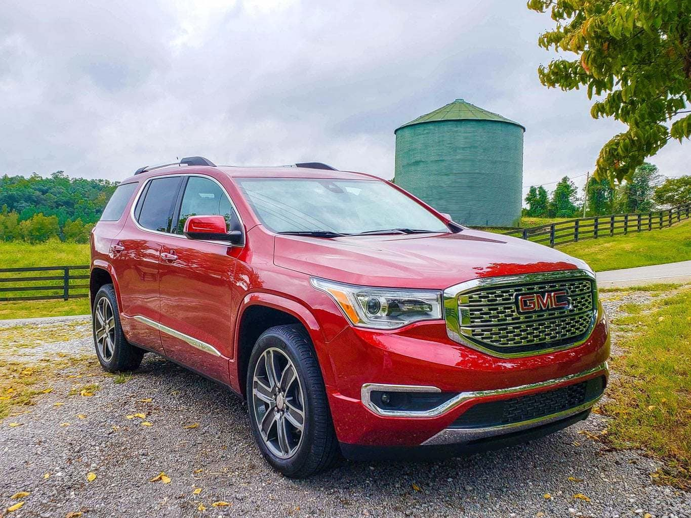 With Summer coming to an end, that also means that the daylight hours will be shorter. Here are some Fall Safety Driving Tips that everyone should know. #GMCAcadiaDenali #FallDrivingTips