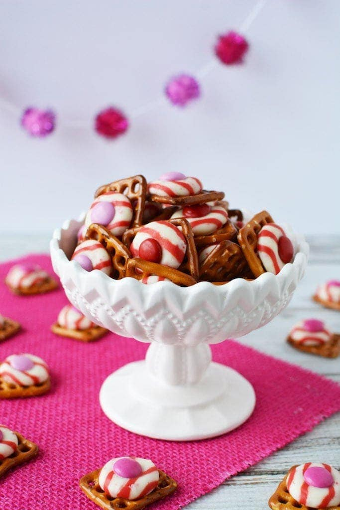 Who doesn't love the texture of crispy and sweet? These M&M Peppermint Pretzel Kisses are a delicious treat to make and share with the ones that you love!#pretzelbites #peppermintkisses #valentinestreat
